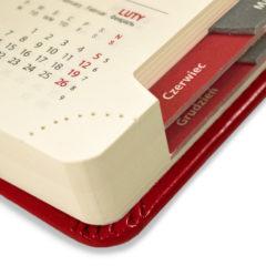 kalendarz-ksiazkowy-czerwony-z-wycietymi-registrami
